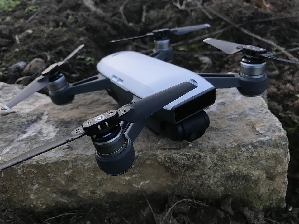 Modello di drone appoggiato a terra, della Rubino srl, per servizio di riprese aree con operatori autorizzati e muniti di licenza di volo.
